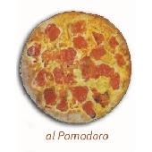 Apulische Focaccia aus Altamura mit frischen Tomaten