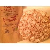 Biologisches Brot mit Roggenmehl im Steinofen gebacken - Forno Astori